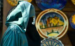 Wat zegt de Islam over de man wiens vrouw ongepast gekleed naar buiten gaat?